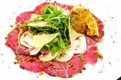 Carpaccio de la carne de vaca con queso de parmesano Imagen de archivo