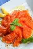 Carpaccio del salmón curado con el enebro Imagenes de archivo