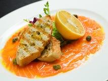 Carpaccio del salmone con il limone in ristorante Fotografia Stock Libera da Diritti