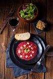 Carpaccio des Rindfleisches mit Kiefernnüssen, buntem Pfeffer und Parmesankäse c Stockfotografie