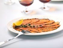 Carpaccio di color salmone con il limone Immagini Stock Libere da Diritti