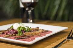 Carpaccio et vin rouge Photo stock