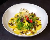 Carpaccio giallo delizioso della barbabietola con il formaggio di capra fotografia stock libera da diritti