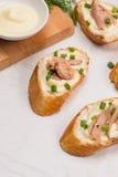 carpaccio kuchni doskonale stylu życia, jedzenie luksus włoski Bruschetta z tuńczykiem, cebulą i majonezem, Fotografia Royalty Free