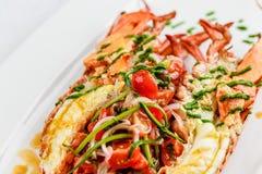 carpaccio kuchni doskonale stylu życia, jedzenie luksus włoski Cały homar piec i pokrajać w połówce Słuzyć z pomidorową sałatką i Zdjęcia Royalty Free