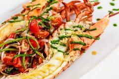 carpaccio kuchni doskonale stylu życia, jedzenie luksus włoski Cały homar piec i pokrajać w połówce Słuzyć z pomidorową sałatką i Zdjęcia Stock