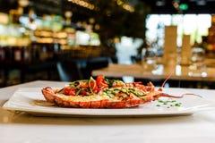 carpaccio kuchni doskonale stylu życia, jedzenie luksus włoski Cały homar piec i pokrajać w połówce Słuzyć z pomidorową sałatką i Obrazy Royalty Free