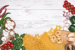 carpaccio kuchni doskonale stylu życia, jedzenie luksus włoski Warzywa, olej, pikantność i makaron na białym drewnianym stołowym  Obraz Royalty Free