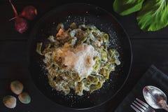 carpaccio kuchni doskonale stylu życia, jedzenie luksus włoski zielony szpinaka makaron z serem i łososiem Spaghetti z łososiem Obraz Stock