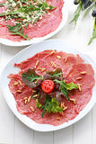 Carpaccio met salade en pijnboomnoot Royalty-vrije Stock Foto's