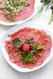 Carpaccio mit Salat- und Kiefermutter Lizenzfreie Stockfotos