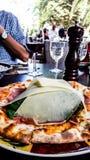 Carpaccio pizza med parmesanskivor på restaurangen royaltyfria foton