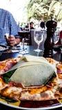 Carpaccio pizza med parmesanskivor på restaurangen fotografering för bildbyråer