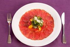 Carpaccio, plato de la carne cruda de la carne de vaca Imagenes de archivo