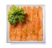 Carpaccio saumoné servi du plat blanc. Image libre de droits