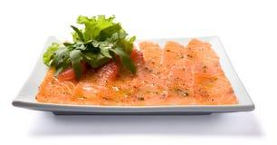 Carpaccio saumoné servi du plat blanc. Images libres de droits