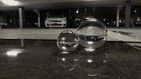 Carpark branco da poça da reflexão do carro em bolas do dia chuvoso da noite Imagens de Stock