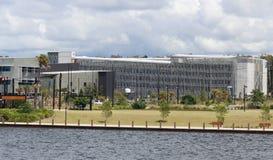 Carpark de varios pisos en el hospital de la universidad de la costa de la sol Foto de archivo