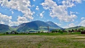 Carpathian berg, blå himmel och moln på en sommardag Arkivfoton