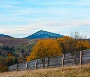 Carpathian berg för aftonhöst, Ukraina Arkivbild