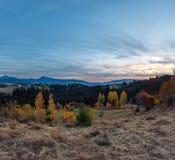 Carpathian berg för aftonhöst, Ukraina Royaltyfri Fotografi