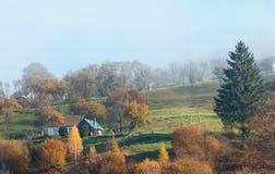Carpathian berg för morgonhöst, Ukraina Royaltyfri Bild