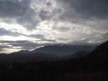 Carpathian berg i Rumänien, i vinter arkivfoto