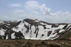 Carpathian berg i snön Arkivbild
