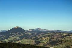 Carpathian berg som ses från Vatra Dornei royaltyfri fotografi