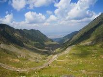 Carpathian berg väg, Rumänien Royaltyfri Bild