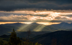 Carpathian dal på den molniga solnedgången Royaltyfri Fotografi