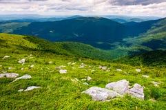 Carpathian fjällängar med enorma stenblock på backar arkivfoto
