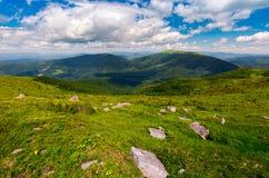 Carpathian fjällängar med enorma stenblock på backar arkivbilder