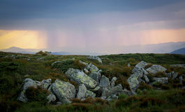 Carpathians ο ήλιος βροχής καλύπτει τον ουρανό σύννεφων σύννεφων Στοκ εικόνες με δικαίωμα ελεύθερης χρήσης
