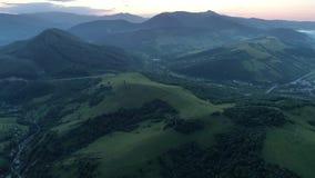 Carpathians το βράδυ Πυροβολισμός από τον κηφήνα απόθεμα βίντεο