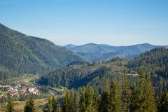 carpathians 在蓝色山的谷 免版税库存图片