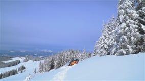 Ένας τουρίστας περπατά μέσω του χιονιού στα βουνά απόθεμα βίντεο