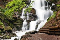 carpathians Krachtige waterval op een bergrivier ukraine Stock Afbeeldingen