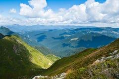 Carpathians landskap: på en överkant av bergkanten royaltyfri foto