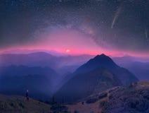 Carpathians, månen och stjärnor på bakgrunden Royaltyfri Bild