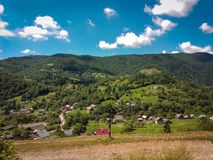 Carpatian lata krajobrazu piękne góry z chmurnym błękitem Zdjęcie Royalty Free
