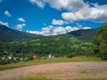 Carpatian lata krajobrazu piękne góry z chmurnego nieba b Obraz Royalty Free