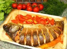 Carpe argentée cuite au four avec la tomate et le citron Photographie stock