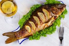 Carpe de poissons grillée par totalité image stock