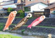 Carpe fatte a mano d'ondeggiamento del cotone sopra il fiume, Takayama, Giappone Fotografia Stock