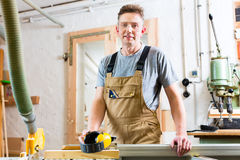 Free Carpenter Using Electric Saw In Carpentry Royalty Free Stock Photos - 51632378
