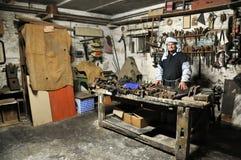 Carpenteria antica in una scena vivente di natività di Natale fotografie stock libere da diritti