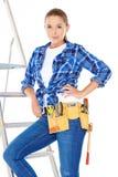 Carpentiere abbastanza giovane Woman sulla scala d'acciaio Fotografie Stock