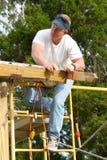 Carpentiere che controlla linea retta fotografia stock libera da diritti