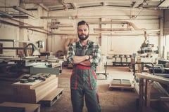 Carpentiere che fa il suo lavoro nell'officina di carpenteria Fotografie Stock